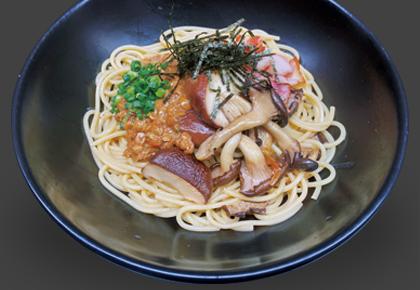 志めじ、椎茸、ベーコンと納豆の和風すぱ